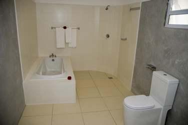 La salle de bains de la chambre standard.