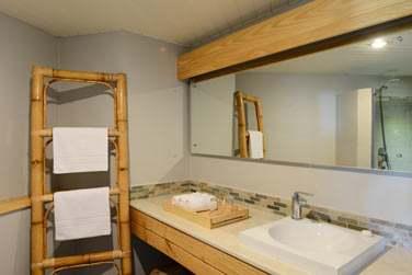 La salle de bain de la chambre confort