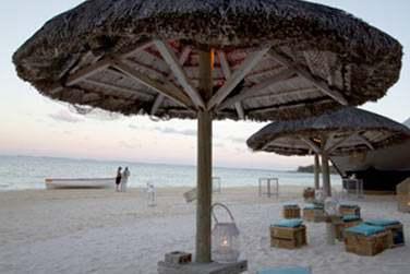 Profitez de la plage de sable fin et du lagon turquoise pour vous relaxer ou pratiquer des sports nautiques
