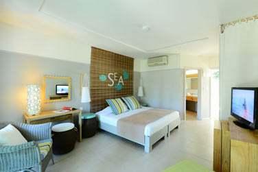 Intérieur de la chambre Confort avec son design simple, moderne et coloré