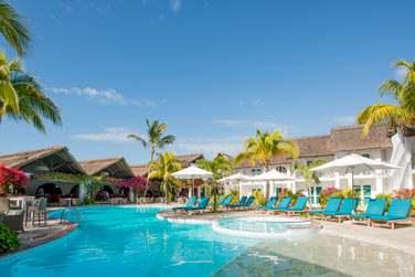 L'hôtel possède une piscine située au coeur des jardins
