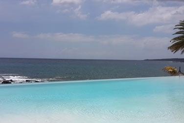 La piscine face à la mer..