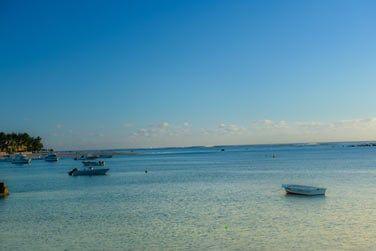 La superbe mer turquoise qui s'étend vers l'infini...