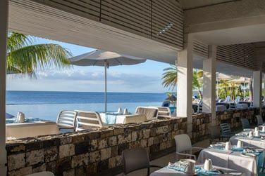 La vaste salle du restaurant donne vue sur l'océan