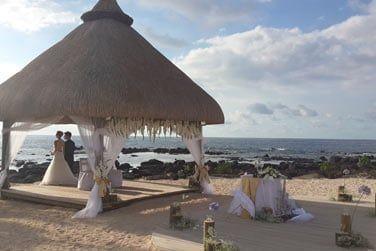 Mariez-vous à l'hôtel sur la superbe plage de sable blanc...