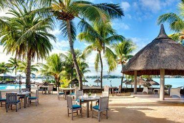 Le restaurant offre un espace extérieur pour déjeuner les pieds dans le sable