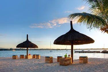 Profitez de beaux moments de détente au coucher du soleil en bord de mer