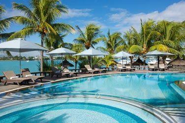 La piscine principale de l'hôtel avec vue sur la mer