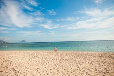 La plage de sable blanc qui borde l'hôtel invite à de très belles balades en amoureux...