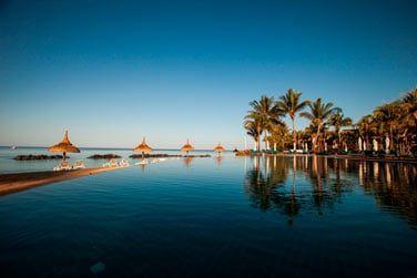La piscine à débordement invite à la détente et à la relaxation...