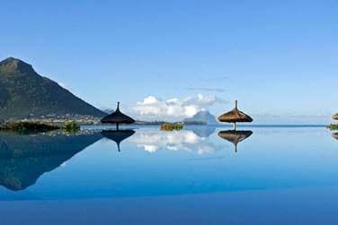La piscine à débordement et sa vue splendide sur Tamarin et le Morne en toile de fond