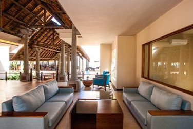 Les espaces de détente à la réception de l'hôtel