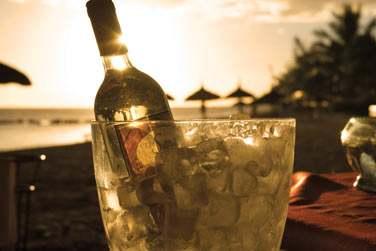 Un apéritif sur la plage au coucher du soleil... ?