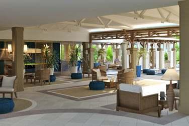 La réception de l'hôtel, aux couleurs claires et au design épuré