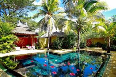 Plongez dans la piscine du Spa Cinq Mondes pour des instants de calme et de relaxation