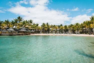 La petite plage aménagée du Paradise Cove bordée de palmiers