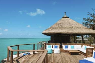 La terrasse du restaurant Indigo surplombe la mer et offre un panorama de toute beauté