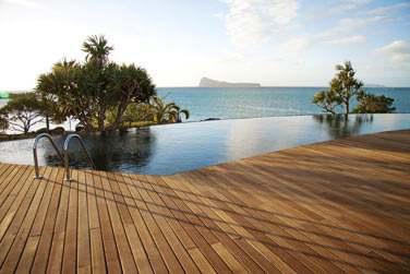 La piscine de l'hôtel surplombant la mer