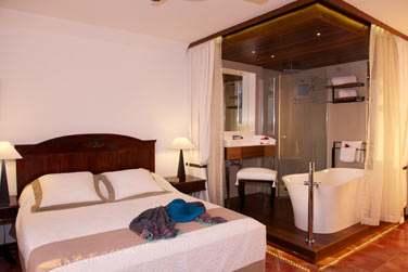 Les chambres possèdent leur propre décoration faite de boiseries, couleurs claires et objets d'art