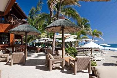 La terrasse du bar donnant directement sur la plage où sur les balcons avec vue panoramiques