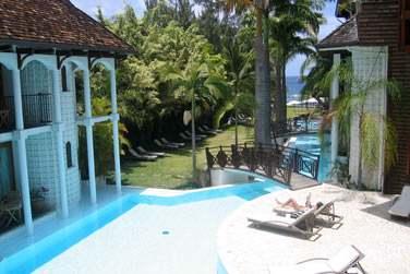 Les chambres autour de la piscine, accès à la plage par le jardin