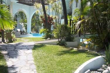 Les jardins de l'hôtel sont très bien entretenus