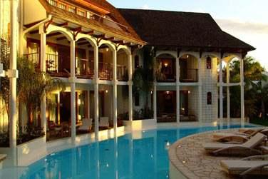 La piscine entoure le bâtiment principal