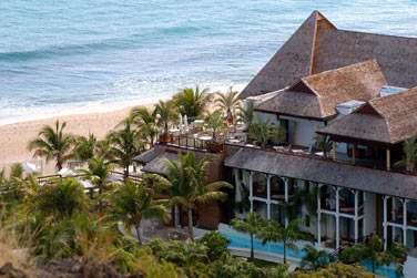 Admirez la vue sur la terrasse du restaurant et la plage de Boucan Canot depuis la colline