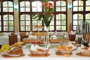 Dans un cadre chaleureux, la salle du restaurant vous propose de savoureux buffets