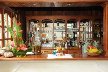 Au fond de la salle de réception se trouve un petit bar où vous pourrez vous rafraîchir