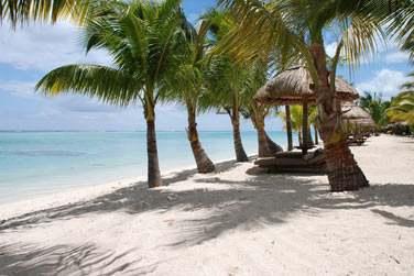 Une plage de sable blanc, un lagon propice à la baignade et aux sports nautiques