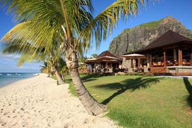L'hôtel est bordé par l'une des plus belles plages de l'île...