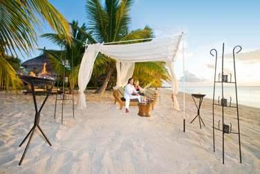 Pour un moment en amoureux, laissez-vous tenter par un apéritif ou un dîner sur la plage