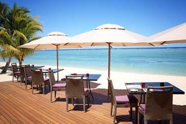 Une carte rafraîchissante pour un déjeuner à l'ombre des parasols à deux pas de la plage