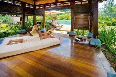 Optez pour un massage en extérieur à l'ombre de kiosques en bois