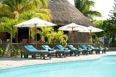 Prélassez-vous au bord de la piscine tout en profitant du calme ambiant