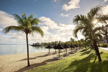 Bordé par une plage de sable blanc et le lagon turquoise