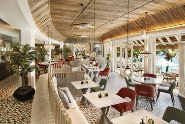 Le restaurant Inti et ses grandes baies vitrées ouvertes sur l'extérieur