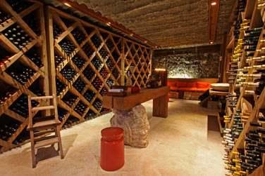 Admirez la sublime cave à vins !