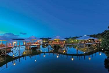 Le Barachois est un restaurant sur pilotis auquel vous accéderez par un ponton de bois