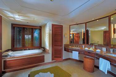 Une salle de bain spacieuse pour les Suites Junior