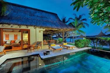 Toit de chaume, piscine éclairée, salle de séjour ouverte sur la terrasse. Vous êtes dans la Suite Princière