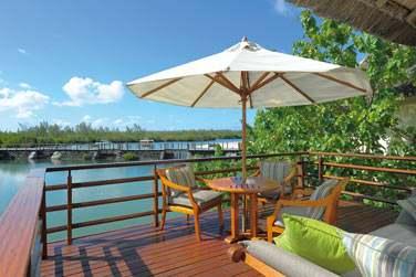 Profitez du calme et de l'intimité sur la terrasse de votre villa sur pilotis...