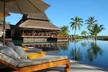 Prélassez-vous au bord de la piscine et admirez la vue imprenable sur la mer...
