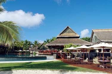 Le restaurant 'Le Beach Deck' vous accueille tous les midis pour un déjeuner sur un deck en bois surplombant la plage