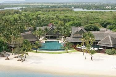 Toits de chaume typiquement mauriciens, végétation tropicale et longue plage de sable blanc...