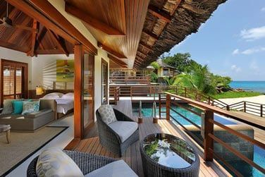 La chambre s'ouvre sur un balcon confortablement installé