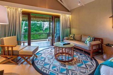 Le coin salon et le balcon aménagé à l'ombre des cocotiers