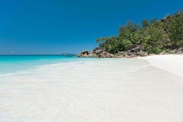 ... La plage de sable blanc et le lagon cristallin