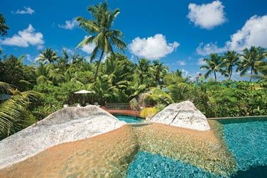 Une végétation tropicale luxuriante encercle l'hôtel donnant plus d'intimité au lieu...